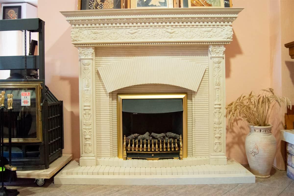 Электрический камин с эффектом живого огня и облицовкой из мрамора. изображение, фото 1