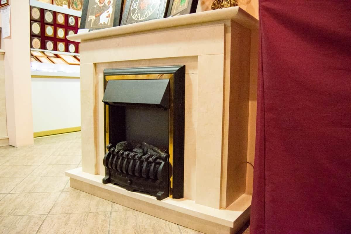 Электрический камин с эффектом живого огня и облицовкой из мрамора. изображение, фото 3